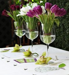 Table decoration with tulips - festive table decoration ideas with Frühlig .- Tischdeko mit Tulpen – festliche Tischdeko Ideen mit Frühligsblumen Table decoration with tulips – festive table decoration ideas with spring flowers - Wine Glass Centerpieces, Wedding Centerpieces, Wedding Decorations, Table Decorations, Tulip Centerpieces, Wedding Ideas, Centerpiece Ideas, Wedding Table, Shower Centerpieces