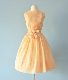 Deze zoete 1960s boterachtige gele jurk zou ideaal zijn voor een zomer feest of een middag bruiloft!  ~ ingerichte bodice geaccentueerd met pintucks  ~