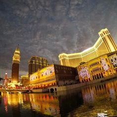 Instagram【toshikitsu】さんの写真をピンしています。 《昨日の#ベネチアン #gopro 広角で撮ったらこんな感じ😏😁 左奥に見えるのが#パリジャン のエッフェル塔🗼 ∞ #ヴェネチアン #マカオ 🇲🇴#澳門 #澳门 #夜景 #澳門威尼斯人 #威尼斯人 #venetianmacau #venetianmacao #venetian #macau #macao #nightview》