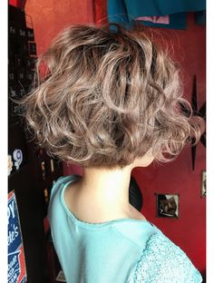 """It can not be repeated enough, bob is one of the most versatile looks ever. We wear with style the French """"bob"""", a classic that gives your appearance a little je-ne-sais-quoi. Here is """"bob"""" Despite its unpretentious… Continue Reading → Simply Hairstyles, Medium Bob Hairstyles, Curly Bob Hairstyles, Short Permed Hair, Curly Hair With Bangs, Curly Hair Styles, Shot Hair Styles, Hair Arrange, Tips Belleza"""