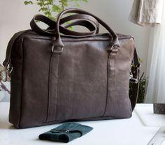 Męska, prosta, usztywniona torba z rączkami i odpinanym paskiem z regulacją. #MansFashion  #mansBag #bag #leather