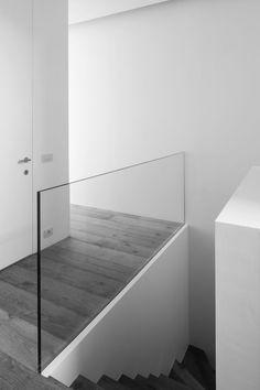Traphek vervangen voor glas. Aan de voorzijde en een stukje links boven aan de trap (doorlaten lopen zodat de kast diepte van zestig centimer heeft .     Risultati immagini per The JR Loft  Nicolas Schuybroek