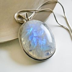 The moonstone pendant - 43 pretty proposals - Archzine. Gems Jewelry, Cute Jewelry, Pendant Jewelry, Gemstone Jewelry, Jewelry Box, Jewelery, Jewelry Making, Pendant Necklace, Kendall Jenner Style