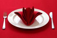 arrangement de table élégant, nappe de table rouge, pliage de serviette en tissu rouge
