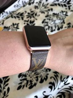 Fatto a mano Louis Vuitton Apple Watch Band serie 1 2 3 4 Telephone Smartphone, Apple Watch Fashion, Iphone Watch, Apple Watch Accessories, Popular Watches, Apple Watch Bands, Watch Brands, Cool Watches, Stylish Watches