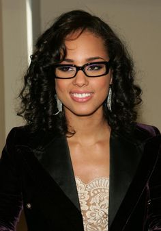 Alicia Keys, on the other hand, chooses the classical curls with rectangularglasses in black and we have to admit it – she looks reallygreat!