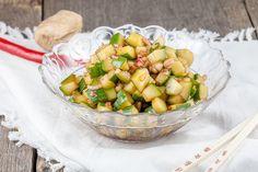 Lekker bijgerecht voor rijst, kip, noodles of saté. Je kunt deze pittige komkommersalade naar wens meer of minder pittig maken. Klaar in 20 minuten.