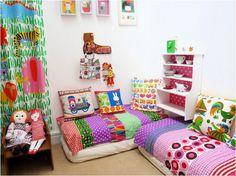 Como digo siempre, simple, sin tanto mueble moderno y caro. Los colores traen la alegría!