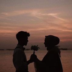 38 ideas photography couples outfits for 2019 Pre Wedding Poses, Pre Wedding Photoshoot, Cute Muslim Couples, Cute Couples Goals, Couple Goals, Muslim Couple Photography, Photography Poses, Underwater Photography, Travel Photography