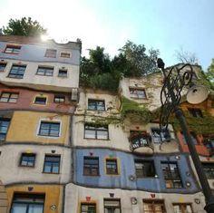 The Hundertwasser House in Vienna is one of Austria's architectural highlights. The house designed by Friedensreich Hundertwasser draws visitors from around the world. Friedensreich Hundertwasser, Natural Man, Building Structure, Krakow, Art Plastique, Vienna, Prague, Austria, Budapest