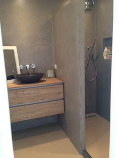 Design Gietvloer in een kleine badkamer, gecombineerd met wandafwerking StoneWall. www.designgietvloer.nl (Van Design Gietvloer)