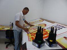 Paulo Vieira é cartazista há 17 anos e já recusou promoções (Foto: Fernando Castro/ G1)