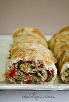 Harika bir börek tarifi. Hem çay saatleriniz hemde yanına yapacağınız bir ayranla bir öğün yerine geçecek olan Rulo Lahmacun Böreği tarifi. İsterseniz rulo yapmadan dilimleyerek de servis edebilirsiniz. Tabi rulo yapılınca şık bir sunumu oluyor. Umuyorum bizim kadar sizde beğenirsiniz:) Rulo Lahmac Turkish Recipes, Italian Recipes, Ethnic Recipes, Pasta, Easter Dinner Recipes, Greek Cooking, Eastern Cuisine, Mediterranean Recipes, Love Food