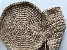 in elke steek Meet even goed na Crochet Triangle, Form Crochet, Crochet Mandala, Diy Crochet, Free Knitting, Knitting Patterns, Crochet Patterns, Knitted Hats, Crochet Hats