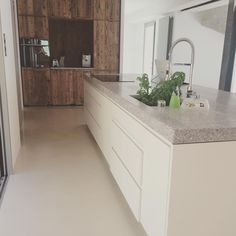 Great combination of materials in the kitchen. (Source: @mlhelmkampf)