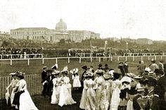 """Hipódromo de la Castellana de Madrid (1878-1933)- Foto de 1905 del Hipódromo de la Castellana. Al fondo se puede ver el antiguo Palacio Nacional de las Artes y las Industrias, con la cúpula destacando en el centro. """"Con la Restauración, se decidió construir un gran hipódromo en la ciudad que aglutinara todas estas carreras. Situado al final del Paseo de la Castellana, fue construido en 1877 por el ingeniero Francisco Boquerín, siendo inaugurado el 31 de enero de 1878."""