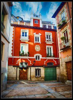 Plazuela de San Javier, la más pequeña de Madrid, con sólo dos números (el 1 y el 2). Se accede a ella a través de la calle Conde, en pleno Barrio de los Austrias. Madrid Spain