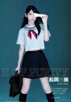 制服に紙ヒコーキの松岡菜摘のグラビア画像