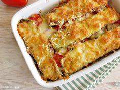 La parmigiana di zucchine è un piatto unico da preparare in estate, quando le zucchine e i pomodori sono al massimo della maturazione. Ho alternato strati di zucchine fritte a pomodori crudi a fette, ho aggiunto Parmigiano Reggiano e mozzarella per rendere tutto filante e gustoso, una gustosa alter…
