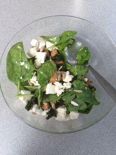 Salat med kylling, spinat, stegt grønkål og fetaost