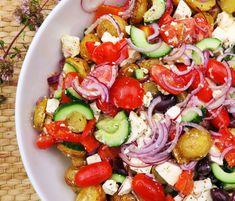 Værsgo - så er der serveret. Græsk kartoffelsalat med feta, ovnbagte peberfrugter, rødløg, kalamata-oliven og herlig krydret marinade. Populær opskrift som er utrolig nem at tilberede, og som kan nydes både lun og kold. Anvend denne græske kartoffelsalat som tilbehør til kød eller som frokostmåltid. Caprese Salad, Cobb Salad, Feta, Waldorf Salat, Meal Planner, Dessert Recipes, Desserts, Allrecipes, Broccoli
