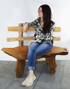 Banc en bois naturel de teck à l'allure design rustique, ce siège trouvera sa place à l'intérieur de la maison comme sur la terrasse. Fruit de l'inspiration d'artisans talentueux, ces derniers ont su créer un banc design tout en respectant la forme du bois recyclé. Apportant avec lui le signe du temps, se prêtant à multiples usages, ce banc en racine de teck pourra être disposé dans une multitude d'endroit