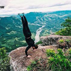 Nós gostamos mesmo é de adrenalina!! Parada de mão à beira de um precipício. 🍃  #aventure #aventureiros #adventure #aventura #picoagudo #trekking #trilhandomontanhas #pico #adrenalina #adrenalinapura #profissaoaventura #ecoturismo #vsco #instasize #sapopema #gopro #iphone6s #montanhas #belezasdobrasil #radical