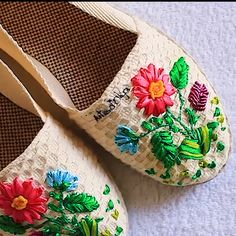 Embroidery Designs Sites whether Embroidery Floss Headphones versus Embroidery Stitches In Tamil some Embroidery Hoop Bag Hand Embroidery Videos, Hand Embroidery Stitches, Crewel Embroidery, Hand Embroidery Designs, Embroidery Techniques, Embroidery Patterns, Machine Embroidery, Ribbon Embroidery Tutorial, Silk Ribbon Embroidery