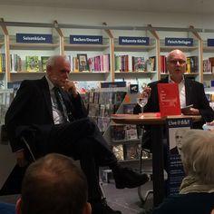 Jakob Kellenberger (links) und Georg Kreis in der Buchhandlung Bider & Tanner, Basel, 27.1.2015 (Bild Verlag NZZ Libro)
