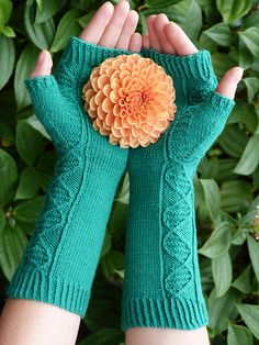 Absolutely clever gloves with DNA pattern -- must knit!  Ravelry: Anneal pattern by Margaret Mills