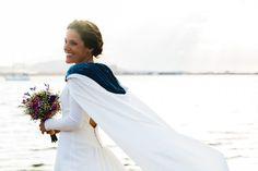Implementa en tu look nupcial el nuevo accesorio de moda. Modest Wedding Dresses, Bell Sleeve Top, My Style, Lace, Skirts, Women, Wedding Fun, Couture, Weddings