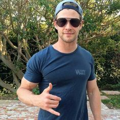 Chris Hemsworth Thor, Australian Actors, Athletic Men, Dream Guy, Celebrity Couples, Sexy Men, Hot Men, Hot Guys, Handsome