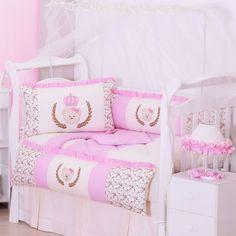 O Kit Berço Ursinha Lidy é lindo! Uma ursinha de coroa decora o quarto de menina rosa com flores e babadinhos!