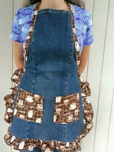 A cute apron made from an old pair of blue jeans. The pockets, ruffle and ties are made from cotton fabric in a coffee print. Sewing Aprons, Sewing Clothes, Denim Aprons, Sewing Diy, Diy Clothes, Artisanats Denim, Jean Apron, Apron Tutorial, Cute Aprons