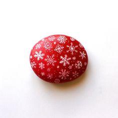 Décoration de Noël, galet peint fond rouge et flocons de neige