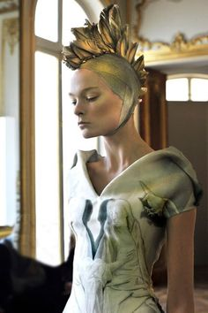 Head dress on the Alexander McQueen dress posted previously. LOVE.