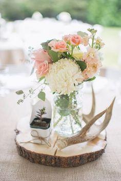 (Foto 10 de 10) Centro de mesa en tonos blanco y rosa empolvado con base redonda de madera, Galeria de fotos de Centros de mesa de estilo rústico para tu banquete de boda