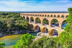 Three-tiered aqueduct Pont du Gard was built in Roman times on the river Gardon. Around the bridge is magnificent natural park. Beautiful Sites, World's Most Beautiful, Golden Gate Bridge, Lock Bridge, Scary Bridges, Pont Du Gard, Parque Natural, Sites Touristiques, Excursion