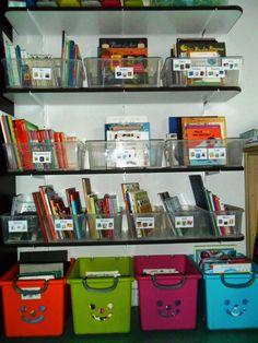 Organiser les livres de la bibliothèque avec des étiquettes explicites Full Day Kindergarten, Kindergarten Classroom, School Organisation, Classroom Organization, Behaviour Management, Reading Workshop, English Lessons, Montessori, Liquor Cabinet