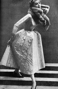 "Suzy Parker in Christian Dior's day dress of grey silk ottoman moiré called ""La Cigale"" , photo by Richard Avedon, Vogue Sept. Vintage Dior, Vintage Couture, Mode Vintage, Vintage Vogue, Vintage Glamour, Vintage Dresses, Retro Vintage, Vintage Outfits, Christian Dior Vintage"