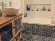 האריחים נמשכים גם בחיפוי האמבטיה. הנישה באמבטיה.