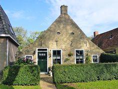 Schiermonnikoog, plaats van een unieke cultuurhistorie. Sommige eilander huisjes zijn al bijna 300 jaar oud... en dan te bedenken dat er ooit een heel dorp is weggeslagen!