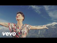 Comunque Andare di Alessandra Amoroso (Video, Testo & Significato).