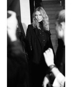 Karlie Kloss en coulisses du défilé Anthony Vaccarello automne-hiver 2015-2016 http://www.vogue.fr/mode/inspirations/diaporama/fwah2015-les-10-images-du-jour-de-la-fashion-week-automne-hiver-2015-2016-paris/19448