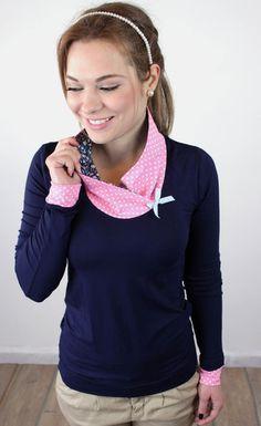 Elegantes Shirt aus dunkelblauem viskosejersey. Die Bündchen und der lockere Kragen sind aus rosa-weiß gepunktetem Baumwolljersey. Der geblümte Innens