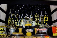 Amei esta decoracão criada pela Docinni (clique) para uma festinha do Batman. As cores predominantes foram o cinza, preto e o amarelo. Toque de charme para as mebalgens dos chocolates que imitavam as páginas das historias em quadrinhos .. uma graça!!!!! (imagens:docinni.com)