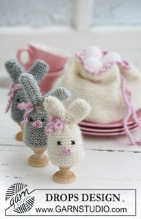 Easter bunny egg warmer and egg basket by Drops Design. Find the free easter knitting pattern here: link