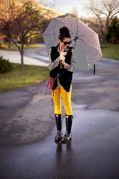 Love her outfit, perfect for a rainy day like today...espically with Tom Ford sunglasses!