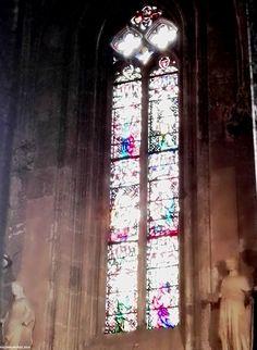 Vidrieras alargadas en una de las capillas de la catedral de Tarragona. Stained-glass windows in one of the chapels of the cathedral of Tarragona. Spain