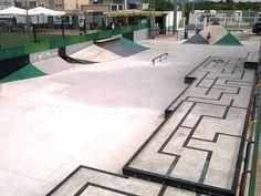 El skatepark está situado en una parcela de 480m2. Cuenta con hips, wallrides, bancos, wallies, jardineras y varios complejos de diferentes niveles. También cuenta con salas de recepción en ...